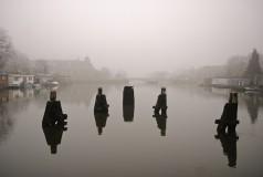De Munt in de mist vanaf Merwedekanaal